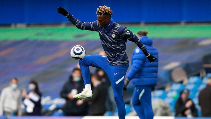 LONDON, ENGLAND - MAY 01: Tammy Abraham of Chelsea warms up prior to the Premier League match between Chelsea and Fulham at Stamford Bridge on May 01, 2021 in London, England. Sporting stadiums around the UK remain under strict restrictions due to the Coronavirus Pandemic as Government social distancing laws prohibit fans inside venues resulting in games being played behind closed doors. (Photo by Ian Walton - Pool/Getty Images)