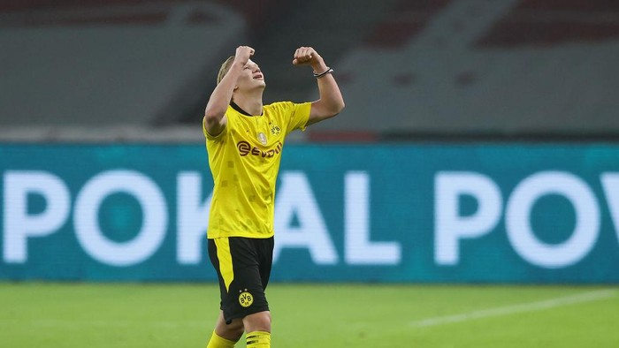 BERLIN, GERMANY - MAY 13: Erling Haaland of Borussia Dortmund celebrates victory after the final whistle of the DFB Cup final match between RB Leipzig and Borussia Dortmund at Olympic Stadium on May 13, 2021 in Berlin, Germany. Sporting stadiums around Germany remain under strict restrictions due to the Coronavirus Pandemic as Government social distancing laws prohibit fans inside venues resulting in games being played behind closed doors. (Photo by Martin Rose/Getty Images)