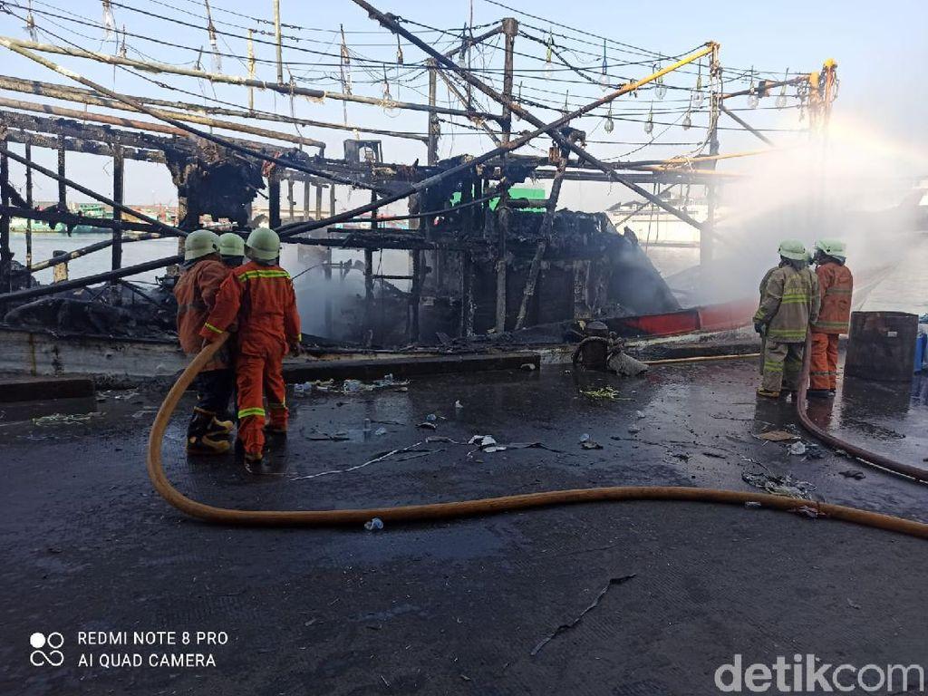 Kapal Nelayan Terbakar di Pelabuhan Muara Baru Jakut