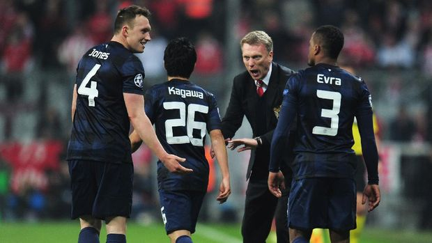 MUNICH, GERMANY - APRIL 09: David Moyes, manager of Manchester United talks to Phil Jones and Shinji Kagawa of Manchester United after the goal scored by Patrice Evra during the UEFA Champions League Quarter Final second leg match between FC Bayern Muenchen and Manchester United at Allianz Arena on April 9, 2014 in Munich, Germany.  (Photo by Shaun Botterill/Getty Images)
