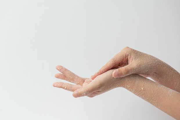 mengangkat sel kulit mati / foto : freepik