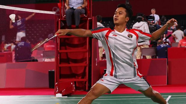 Tokyo 2020 Olympics - Badminton - Men's Singles - Group Stage - MFS - Musashino Forest Sport Plaza, Tokyo, Japan – July 28, 2021. Anthony Ginting of Indonesia in action during the match against Sergey Sirant of the Russian Olympic Committee. REUTERS/Leonhard Foeger