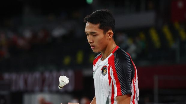 Tokyo 2020 Olympics - Badminton - Men's Singles - Group Stage - MFS - Musashino Forest Sport Plaza, Tokyo, Japan – July 28, 2021. Jonatan Christie of Indonesia handles a shuttlecock during the match against Loh Kean Yew of Singapore. REUTERS/Leonhard Foeger