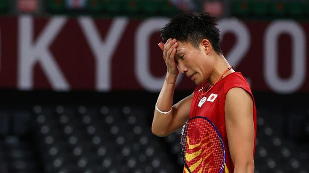 Tokyo 2020 Olympics - Badminton - Men's Singles - Group Stage - MFS - Musashino Forest Sport Plaza, Tokyo, Japan – July 28, 2021. Kento Momota of Japan reacts during the match against Heo Kwang-Hee of South Korea. REUTERS/Leonhard Foeger