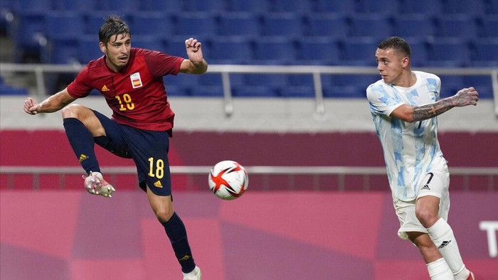 Spains Oscar Gil, left, and Argentinas Agustin Urzi battle for the ball during a mens soccer match at the 2020 Summer Olympics, Wednesday, July 28, 2021, in Saitama, Japan. (AP Photo/Martin Mejia)