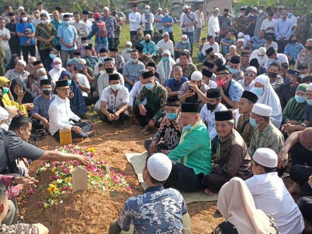 Takbir-Tangis Warga Iringi Pemakaman Ketua MUI Labura yang Tewas Dibacok