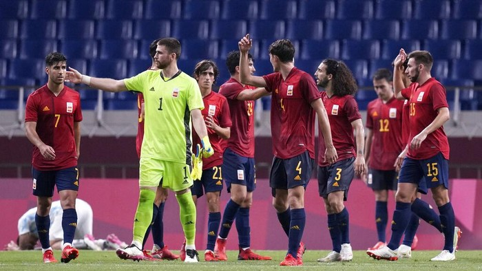 Spains players react at the end of a mens soccer match against Argentina at the 2020 Summer Olympics, Wednesday, July 28, 2021, in Saitama, Japan. (AP Photo/Martin Mejia)
