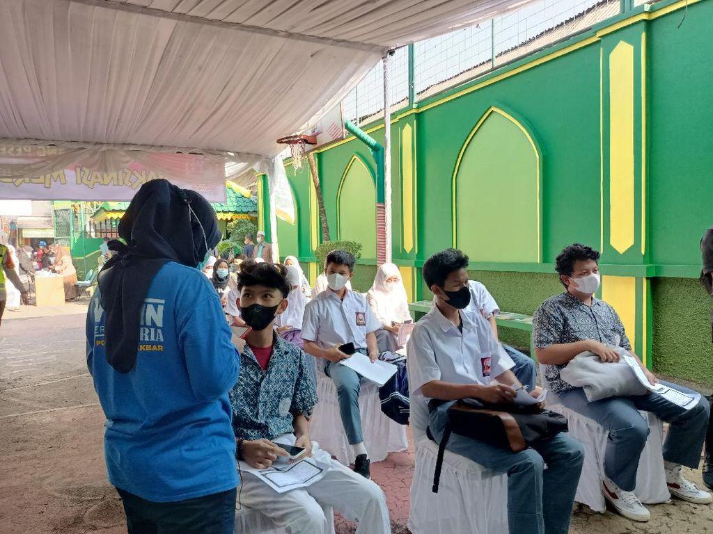 Siswa di Jakbar Ikut Vaksinasi di Sekolah: Rugi Banget Kalau Nggak Vaksin