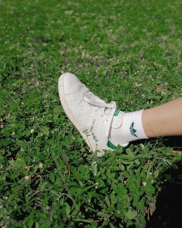 Adidas Stan Smith adalah sepatu sneakers wanita terklasik.