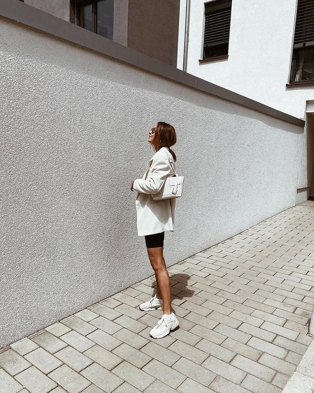 Adidas Yung 1 jadi pilihan terbaik sepatu sneakers putih.