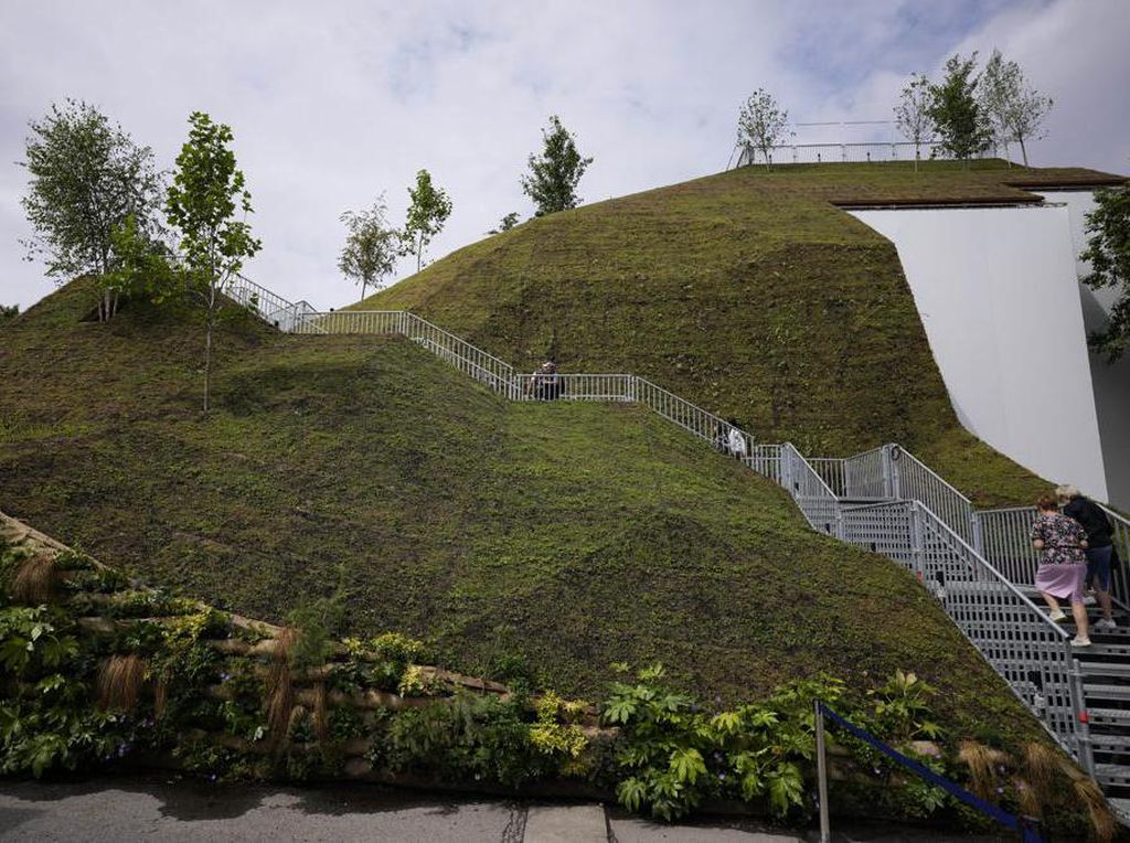 Destinasi Bukit Buatan Baru Dibuka di London, Eh Malah Kena Hujat Pengunjung