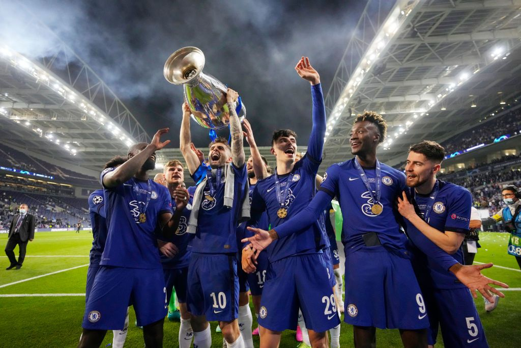 PORTO, PORTUGAL - MAY 29: Christian Pulisic of Chelsea celebrates with the Champions League Trophy with team mates Antonio Ruediger, Kai Havertz and Tammy Abraham following their team's victory in the UEFA Champions League Final between Manchester City and Chelsea FC at Estadio do Dragao on May 29, 2021 in Porto, Portugal. (Photo by Manu Fernandez - Pool/Getty Images)