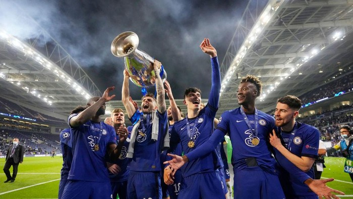 PORTO, PORTUGAL - MAY 29: Christian Pulisic of Chelsea celebrates with the Champions League Trophy with team mates Antonio Ruediger, Kai Havertz and Tammy Abraham following their teams victory in the UEFA Champions League Final between Manchester City and Chelsea FC at Estadio do Dragao on May 29, 2021 in Porto, Portugal. (Photo by Manu Fernandez - Pool/Getty Images)