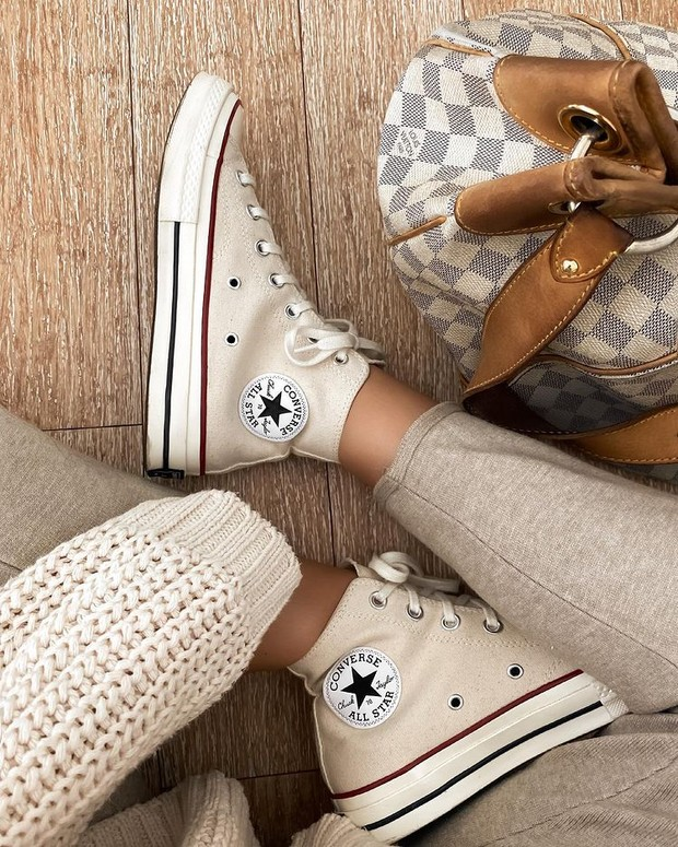 Converse Chuck 70 Classic High Top adalah pilihan sepatu putih dengan gaya klasik dan timeless.
