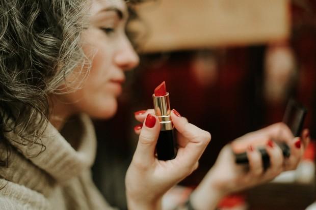 wanita dan lipstik yang tidak bisa dipisahkan