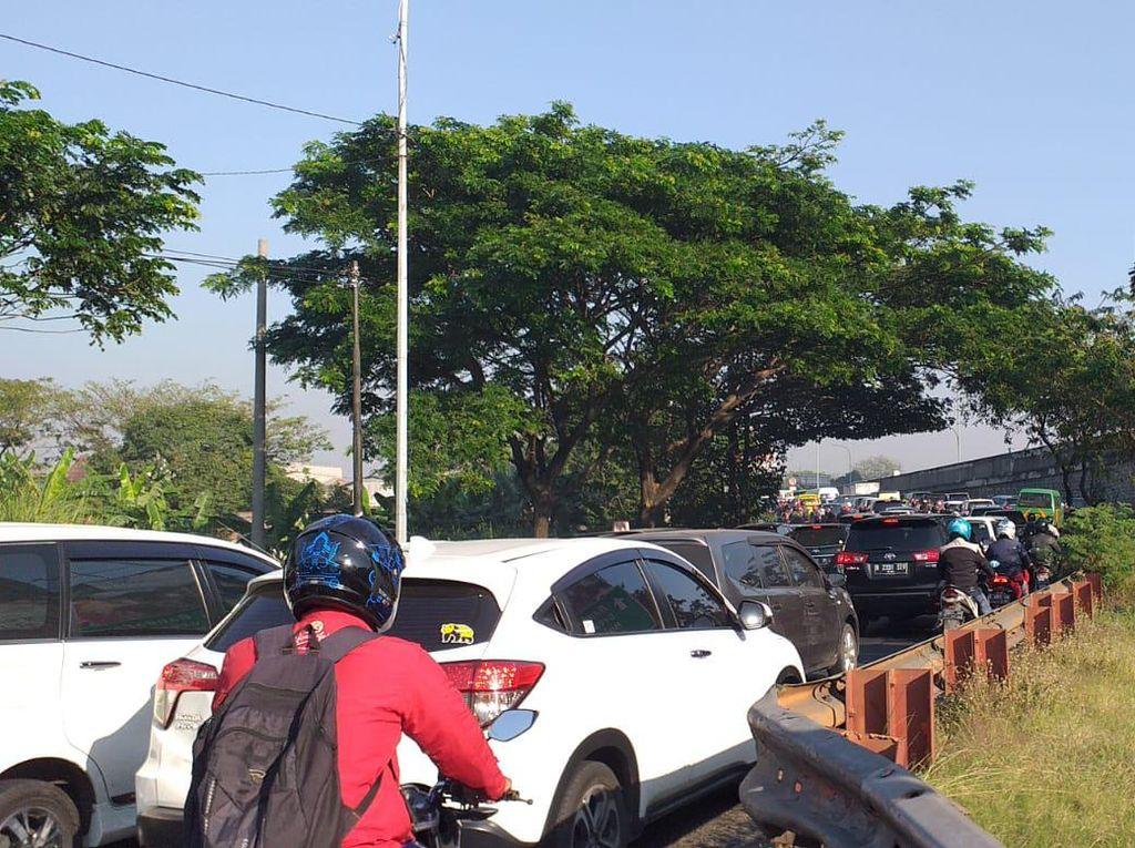 PPKM Level 4 Diperpanjang, Kendaraan Antre Masuk Surabaya di Jalur Tikus