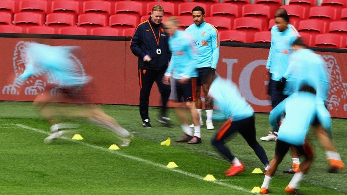 AMSTERDAM, NETHERLANDS - MARCH 22:  Head coach, Ronald Koeman speaks Memphis Depay during the Netherlands Training session held at Amsterdam Arena also known as the Johan Cruyff Arena on March 22, 2018 in Amsterdam, Netherlands.  (Photo by Dean Mouhtaropoulos/Getty Images)