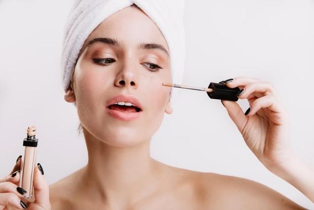 Penggunaan primer makeup yang terlalu sering ternyata nggak baik lho. Sebab, sebagian besar primer mengandung silicon dan hal ini akan berbahaya bagi kulitmu.