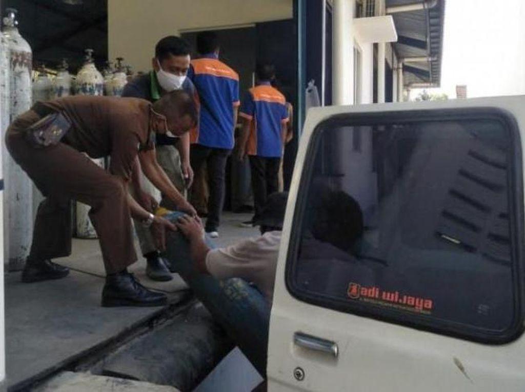 Ambulans Sibuk Angkut Pasien-Jenazah, Mobil Tahanan Antar Tabung Oksigen di Jatim