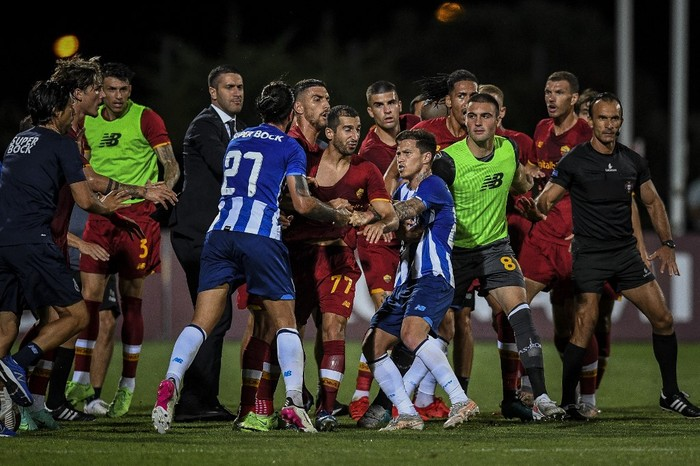 Portos and Romas players argue during a friendly football match between AS Roma and FC Porto at the Bela Vista stadium in Lagoa on July 28, 2021. (Photo by PATRICIA DE MELO MOREIRA / AFP)