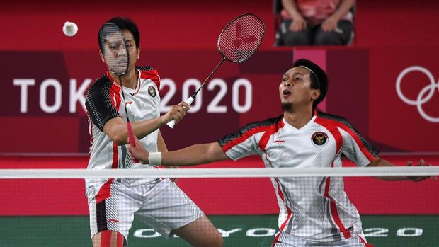 Pebulutangkis ganda putra Indonesia Mohammad Ahsan/Hendra Setiawan mengembalikan kok ke arah ganda putra Taiwan Lee Yang/Wang Chi-Lin dalam semifinal Olimpiade Tokyo 2020, di Musashino Forest Sport Plaza, Tokyo, Jepang, Jumat (30/7/2021). ANTARA FOTO/Sigid Kurniawan/aww.