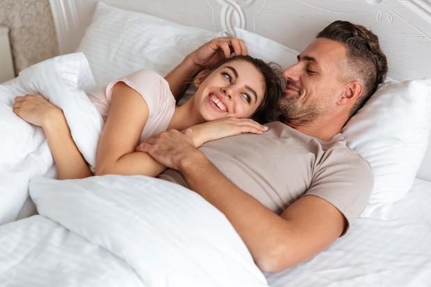 Bukan hanya mengurangi stres, hormone oksitosin yang dilepaskan saat berpelukan juga bisa menyehatkan jantung lho, Beauties.