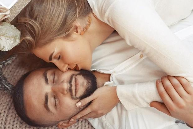 Di masa pandemi ini, sangat penting untuk meningkatkan daya tahan tubuh. Nah, salah satu caranya adalah dengan berpelukan bersama pasangan setelah berhubungan intim.