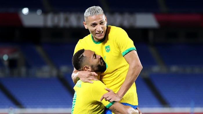 YOKOHAMA, JAPAN - JULY 22: Richarlison #10 of Team Brazil celebrates with Matheus Cunha #9 after scoring their sides second goal during the Mens First Round Group D match between Brazil and Germany during the Tokyo 2020 Olympic Games at International Stadium Yokohama on July 22, 2021 in Yokohama, Tokyo, Japan. (Photo by Toru Hanai/Getty Images)