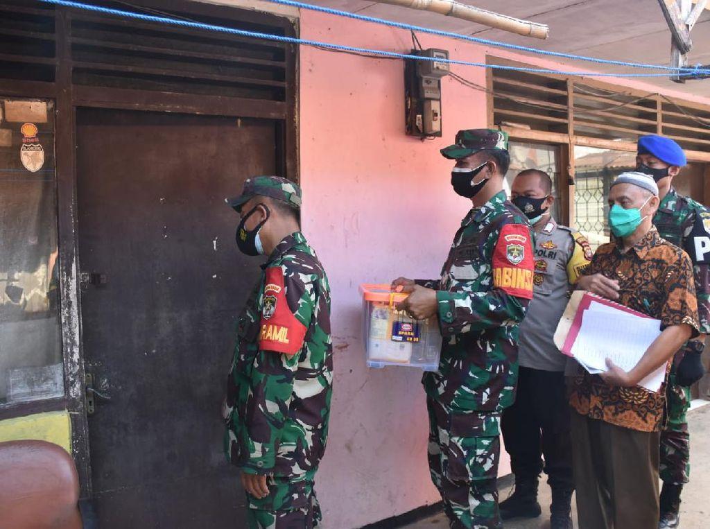 KSAD Bagikan 650 Paket Sembako ke Warga yang Isoman di Jaksel