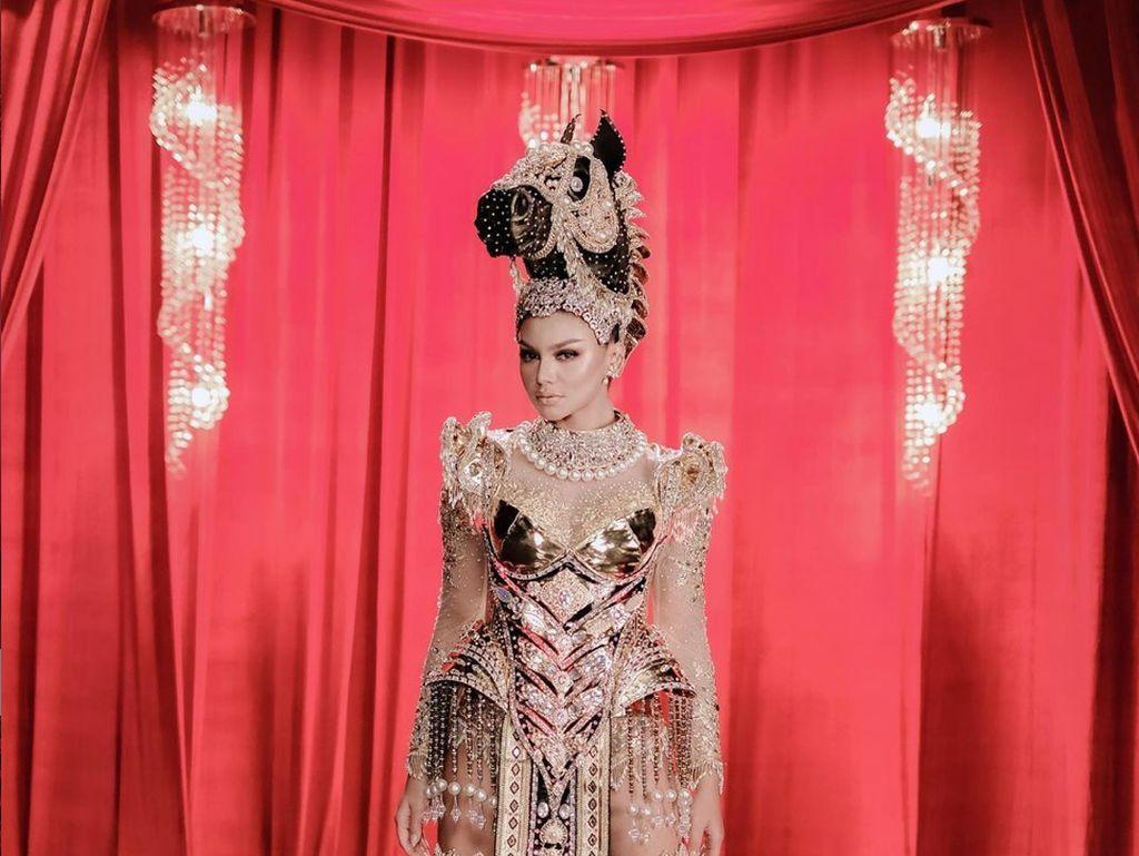 6 Potret Menawan Jihane Almira dengan Kostum Nasional Bertema Kuda NTT