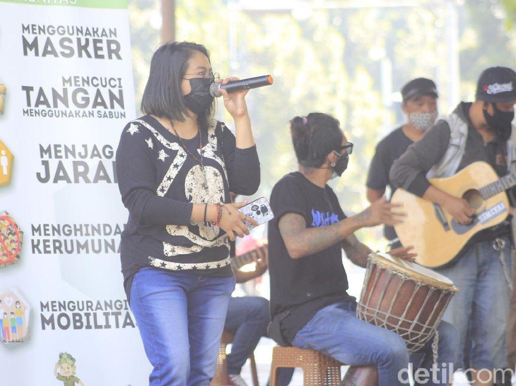 Kampanye Prokes COVID Lewat Nyanyian Musisi Jalanan Bandung