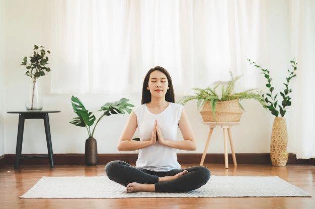 Melakukan meditasi untuk mengatasi overthinking/ Foto: Freepik.com