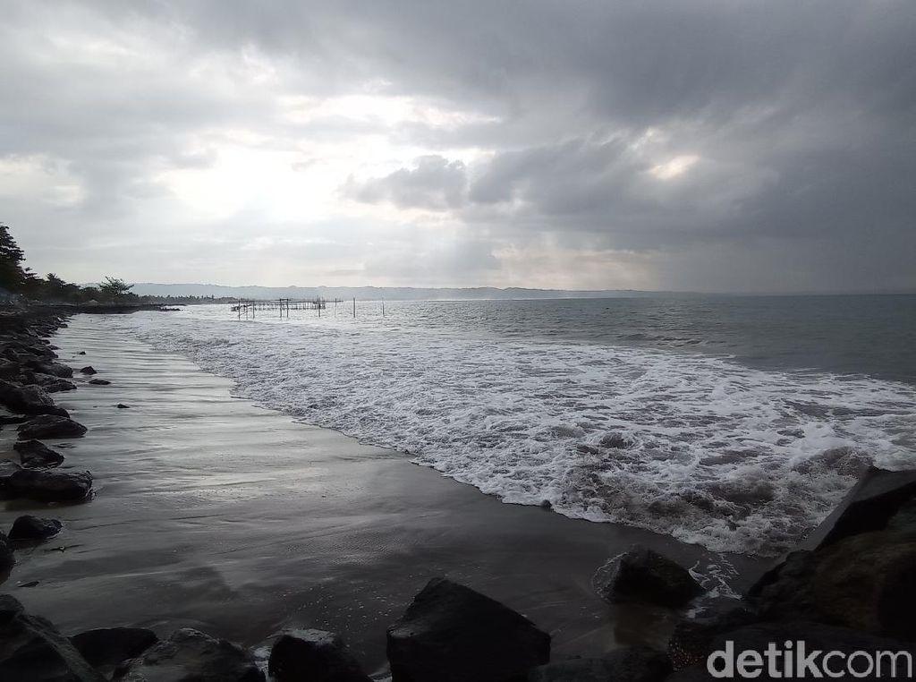 Foto: Pantai Pangandaran Tampak Muram Tanpa Wisatawan