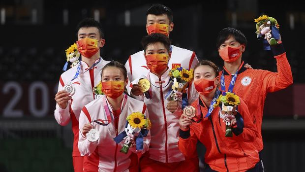 Tokyo 2020 Olympics - Badminton - Mixed Doubles - Medal Ceremony - MFS - Musashino Forest Sport Plaza, Tokyo, Japan – July 30, 2021. Gold medallists Wang Yilyu of China and Huang Dongping of China, silver medallists Zheng Siwei of China and Huang Yaqiong of China and bronze medallists Yuta Watanabe and Arisa Higashino of Japan pose with their medals. REUTERS/Leonhard Foeger