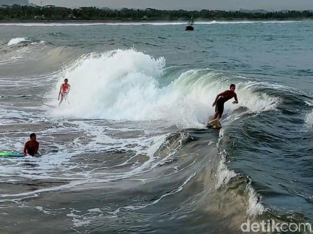 Serunya Anak Pantai Pangandaran Berselancar di Dermaga Bojongsalawe