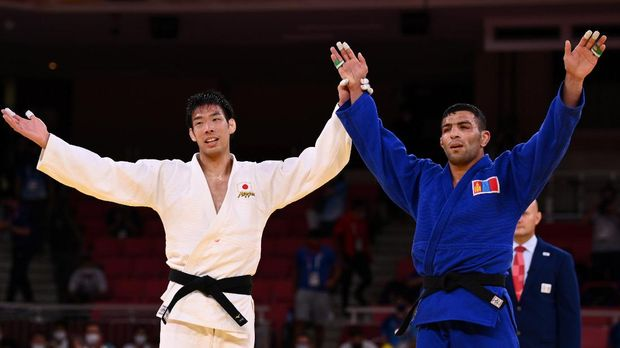 Tokyo 2020 Olympics - Judo - Men's 81kg - Gold medal match - Nippon Budokan - Tokyo, Japan - July 27, 2021. Takanori Nagase of Japan celebrates with Saeid Mollaei of Mongolia after the match REUTERS/Annegret Hilse