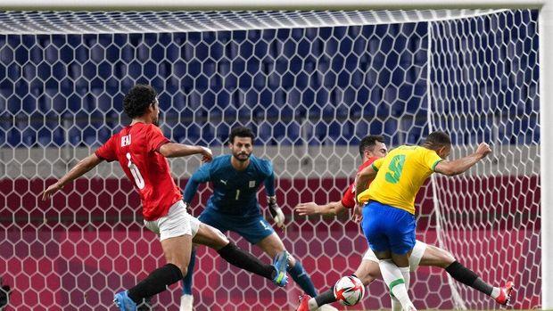 Brazil's Matheus Cunha, 9, scores the opening goal against Egypt during a men's quarterfinal soccer match at the 2020 Summer Olympics, Saturday, July 31, 2021, in Saitama, Japan. (AP Photo/Silvia Izquierdo)