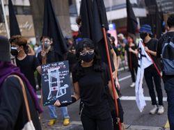 Abaikan Pembatasan Corona, Warga Malaysia Demo Kibarkan Bendera Hitam