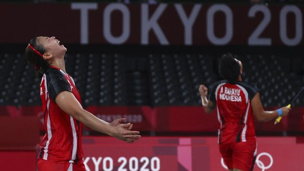 Tokyo 2020 Olympics - Badminton - Women's Doubles - Semifinal - MFS - Musashino Forest Sport Plaza, Tokyo, Japan – July 31, 2021.  Greysia Polii of Indonesia and Apriyani Rahayu of Indonesia celebrate winning the match against Lee So-Hee of South Korea and Shin Seung-Chan of South Korea. REUTERS/Leonhard Foeger