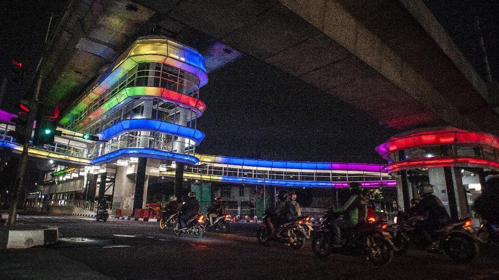 Keren! Halte CSW Jakarta Berhiaskan Lampu Warna-warni