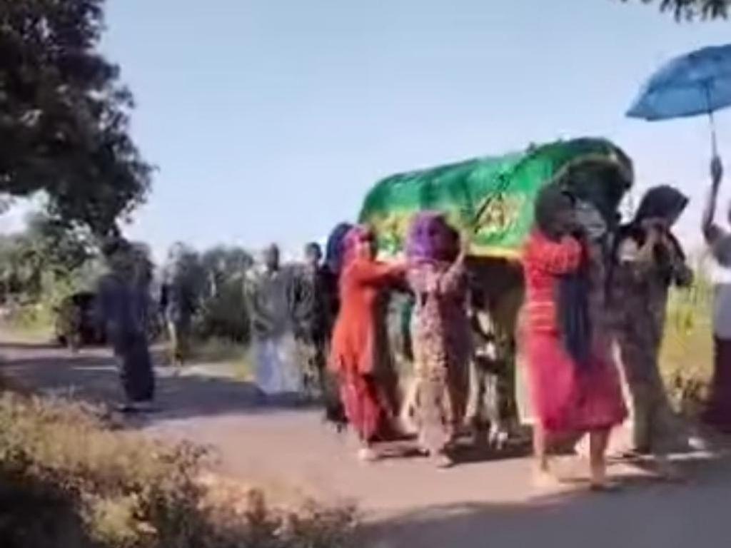 Ibu-ibu di Pasuruan Gotong Keranda Jenazah ke Pemakaman untuk Usir COVID-19