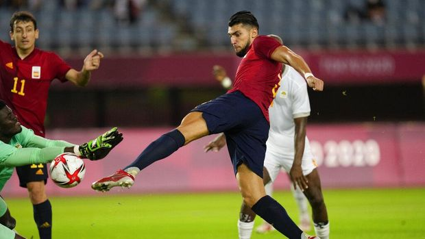 Spain's Rafa Mir scores his side's second goal against Ivory Coast in a men's quarterfinal soccer match at the 2020 Summer Olympics, Saturday, July 31, 2021, in Rifu, Japan, Tokyo. (AP Photo/Andre Penner)
