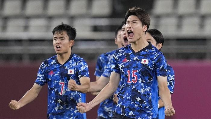 Japans Daiki Hashioka (15) and teammate Takefusa Kubo (7) celebrate beating 4-2 New Zealand 4-2 on penalties in a mens quarterfinal soccer match at the 2020 Summer Olympics, Saturday, July 31, 2021, in Kashima, Japan, Tokyo. (AP Photo/Fernando Vergara)