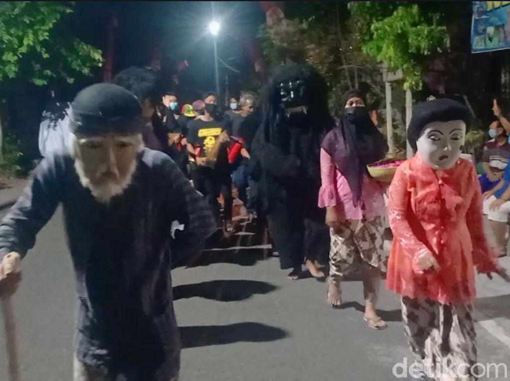 Warga Madiun Usir Wabah dengan Kirab Dongkrek Keliling Kampung