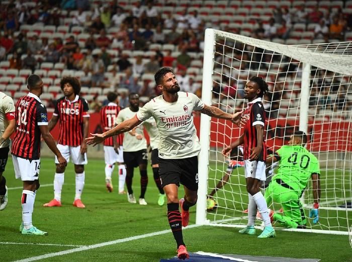 Olivier Giroud mencetak gol saat AC Milan menghadapi Nice di laga pramusim, Sabtu (31/7/2021).
