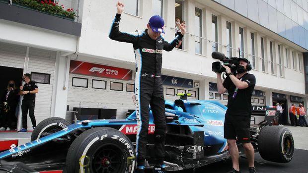 Formula One F1 - Hungarian Grand Prix - Hungaroring, Budapest, Hungary - August 1, 2021 Alpine's Esteban Ocon celebrates after winning the race Pool via REUTERS/Florion Goga