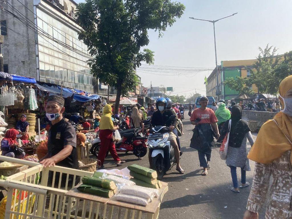 Pasar Minggu Jaksel Ramai Pagi Ini, Banyak Warga Tak Taat Prokes