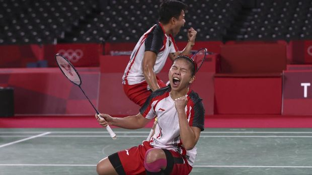 Tokyo 2020 Olympics - Badminton - Women's Doubles - Gold medal match - MFS - Musashino Forest Sport Plaza, Tokyo, Japan – August 2, 2021.  Greysia Polii of Indonesia and Apriyani Rahayu of Indonesia celebrate winning the first set of the match against Chen Qingchen of China and Jia Yifan of China. REUTERS/Leonhard Foeger