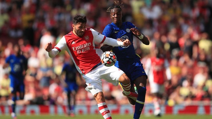 LONDON, ENGLAND - AUGUST 01: Sead Kolasinac of Arsenal tangles with Tammy Abraham of Chelsea during the Pre Season Friendly between Arsenal and Chelsea at Emirates Stadium on August 1, 2021 in London, England. (Photo by Marc Atkins/Getty Images)