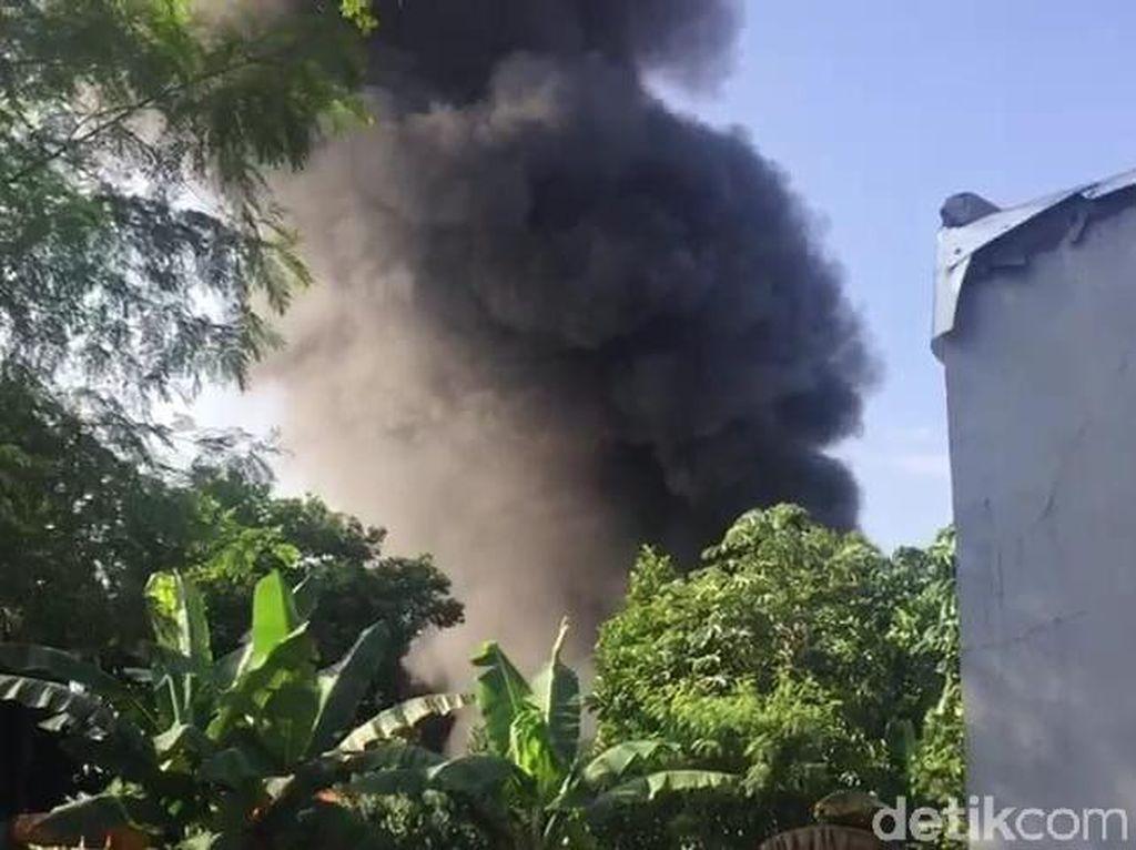 Gudang Alat Dekorasi di Cinangka Depok Terbakar, Damkar Meluncur